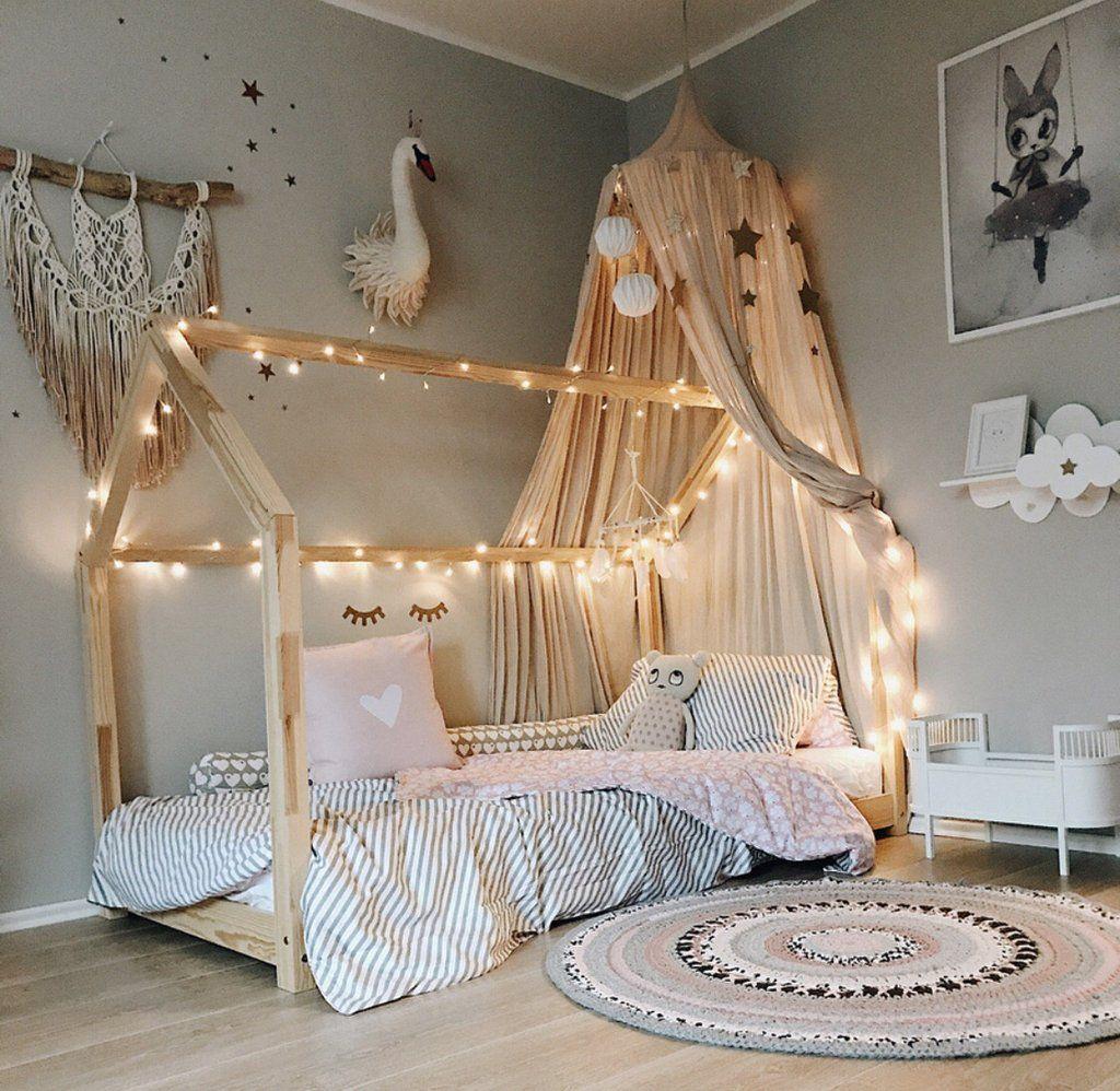 Guirlandes, parure, objets : comment décorer un lit cabane ?